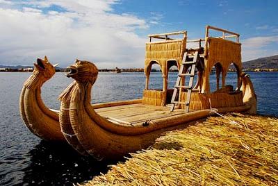 Foto de un barco artesanal en el Lago Titicaca