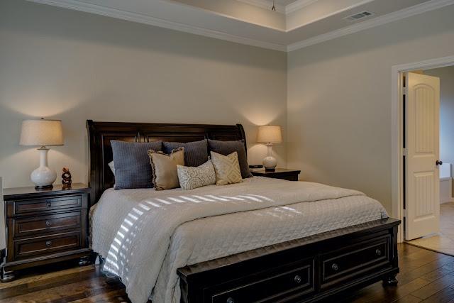 Giường ngủ gỗ xoan đào sẫm màu
