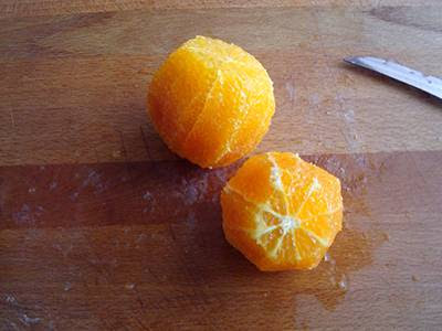 Lavare e pelare a vivo le arance