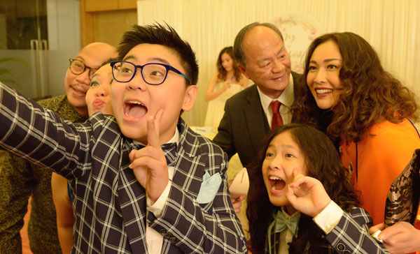 Bao (Jason Tan) took a wefie during the wedding scene in THE KID FROM THE BIG APPLE 2: BEFORE WE FORGET (2017)
