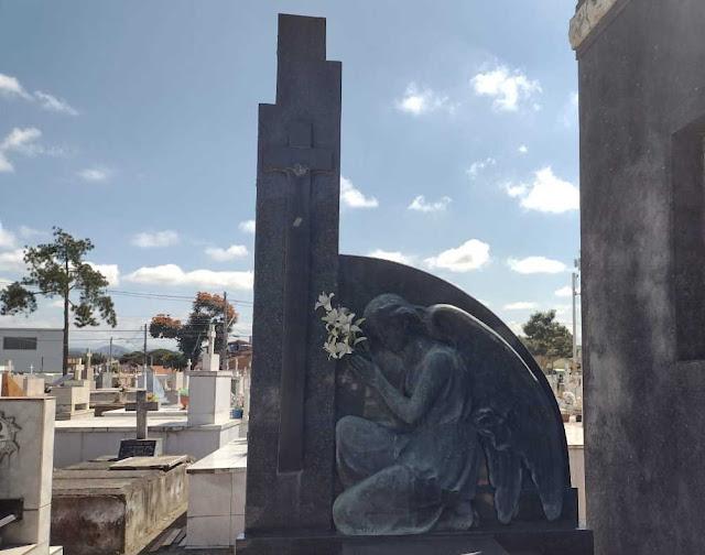 Anjo esculpido em pedra sobre túmulo
