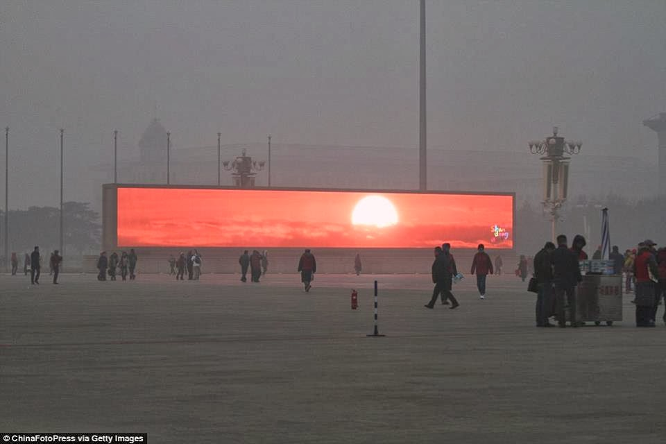 Kínában már kivetítőkön kell sugározniuk a naplementét