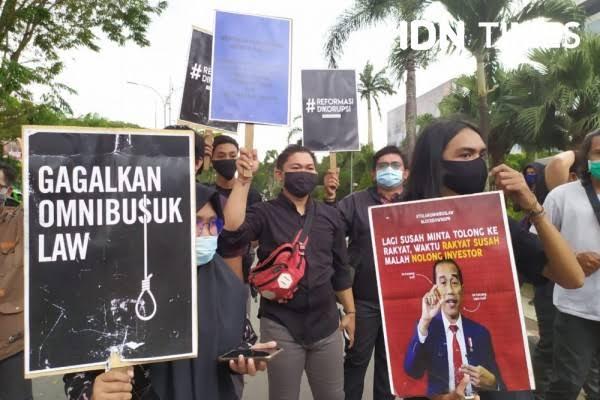 Selain Menguntungkan Pengusaha China, UU Cipta Kerja juga Mengembalikan Indonesia ke Zaman Orba