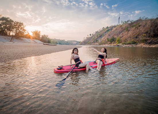Trải nghiệm chèo thuyền Sup bên dòng Đăk Bla là sản phẩm du lịch mới, hấp dẫn.