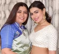 अंकिता गोराया अपनी माँ के साथ