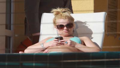 Parece que la cantante Britney Spears (de 29 años), está más controlada de lo que cualquiera esperaría, porque ahora nos enteramos de que tiene prohibido tener su propio teléfono celular para evitar que se meta en problemas. Recordemos que tras sufrir una terrible crisis nerviosa en 2008, su padre Jamie, se convirtió en su tutor legal, tomando control de la 'Princesa del Pop' y todos sus asuntos, y como parte de las medidas para mantener a la cantante a salvo de sus propios impulsos, esta rara prohibición. Familiares y amigos de Spears, creen que si vuelve a tener un celular