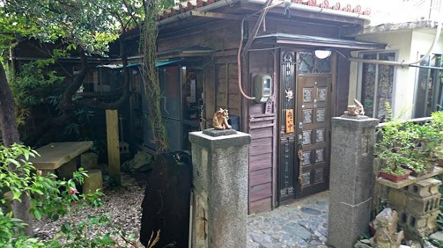 沖縄そば海産物料理店楚辺の出入口の写真