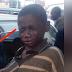 El niño de la calle se acerca al coche para pedir dinero, pero cuando mira adentro estalla en lágrimas