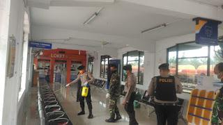Polres Labuhanbatu Dan Kodim 0209 Bersinergi Semprotkan Desinfektan Di Stasiun Kereta Api