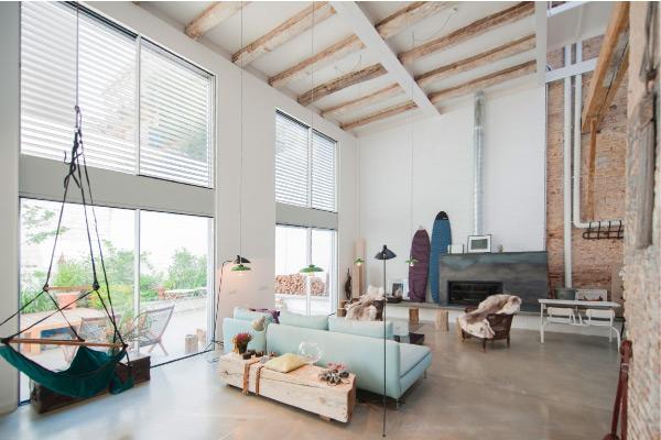 Il restauro di una cascina trasformata in un loft creativo for Arredamento cascina