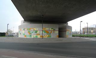 Image rapprochée de la peinture murale de François Huon sur le mur circulaire à l'entrée nord de Tubize au 14 avril 2018.
