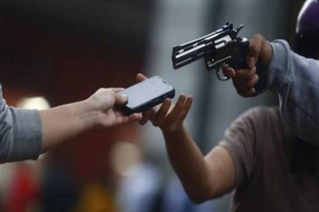 Ladrão armado ameaça dois adolescentes de 13 anos e foge a pé após roubar celulares