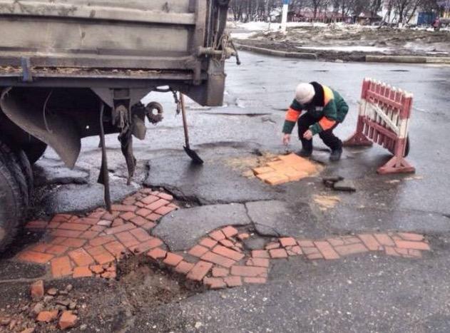 Kontraktor Di Russia Membaiki Jalan Raya Berlubang