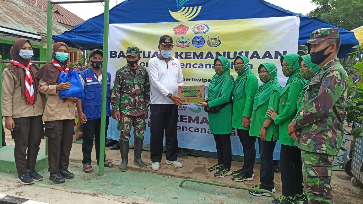 Dandim 1001/Amuntai Bersama ketua Persit KCK Cabang XXIV Memberikan Bantuan Keposko Bencana