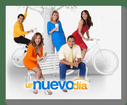 Los cinco presentadores de Un nuevo día posando en un parque blanco