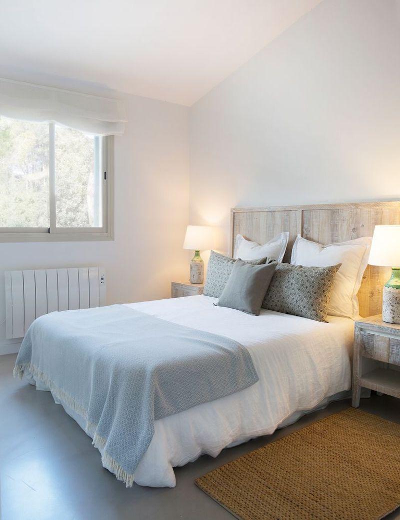 Dormitorio de estilo mediterráneo con muebles lacados