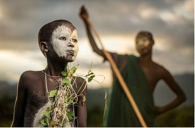 طفل من قبيلة أثيوبيه بالملابس والرسومات التقليدية