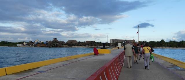 Costa Maya - Weg vom Schiff zum Hafen; Kreuzfahrthafen Costa Maya