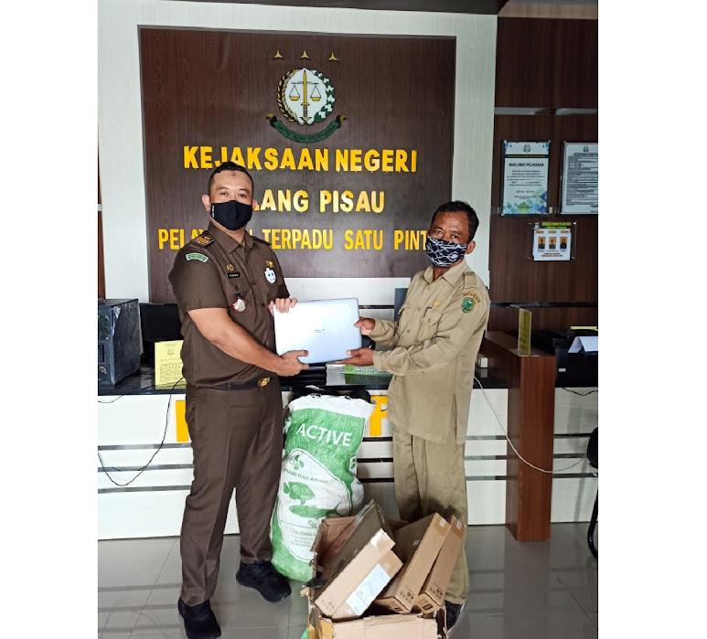 Kejaksaan Serahkan Barbuk Laptop Kepada SMK Sebangau Kuala