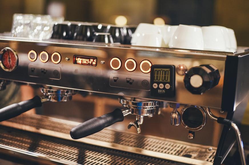 Dlaczego warto mieć w domu ekspres do kawy?
