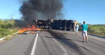 LAJES RN-Carreta tomba, pega fogo e deixa a BR 304 interditada no município de Lages no Rio Grande do Norte
