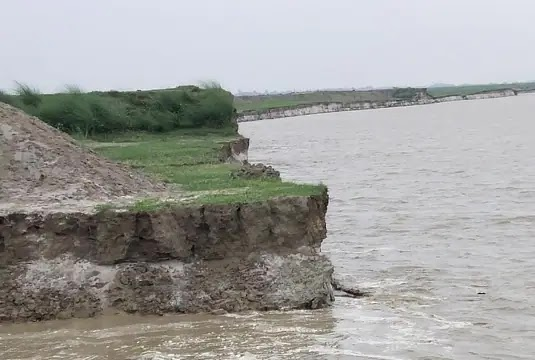 घाघरा नदी के किनारे बसे आधा दर्जन गांव पर घाघरा नदी के कटान का खतरा