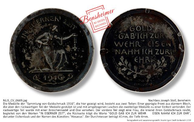 """Die Medaille der """"Sammlung von Goldschmuck 1916"""", die hier gezeigt wird, besteht aus zwei Teilen: Einer geprägten Front aus dünnem Blech, die über den rückwärtigen Teil der Medaille gestülpt ist und mit umgebogenen Laschen die zweiteilige Medaille zu einer Einheit verbindet. Der rückwärtige Teil wurde mit einer Broschennadel und Öse versehen. Der vordere Teil zeigt eine Frau, die kniend ihren Goldschmuck reicht, begleitet von den Worten """"IN EISERNER ZEIT"""", die Rückseite trägt die Worte """"GOLD GAB ICH ZUR WEHR - EISEN NAHM ICH ZUR EHR"""", darunter Eichenlaub und der Namen des Künstlers """"Hosaeus"""". Der Durchmesser beträgt 41mm, die Tiefe 4mm."""