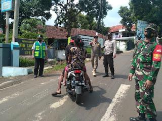 Danramil 0820/10 Kuripan Terjun Ke Jalan Pimpin Operasi Pendisiplinan Protkes