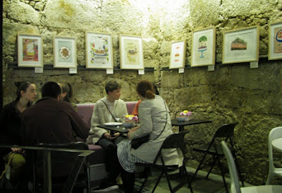 mesas com pessoas na loja Miss Pavlova