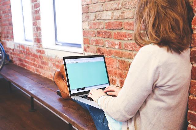 女性がパソコン操作している画像