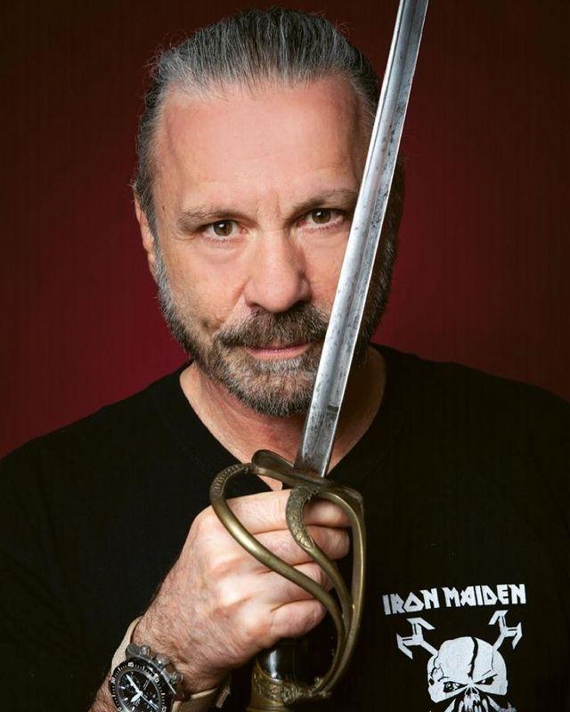 Bruce Dickinson quer duelar contra Eddie Samurai com sabres de luz