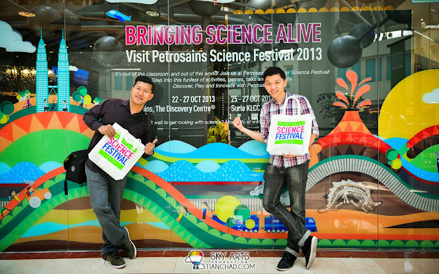 TianChad and Budiey at Petrosains, PETRONAS Twin Towers. Remember to visit Petrosains Science Festival 2013 [22-27 Oct 2013]