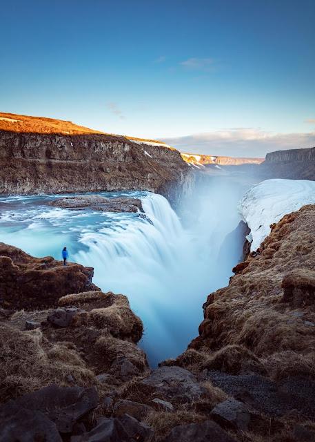Nằm trên đường Golden Circle (tuyến du lịch phía nam Iceland), Gullfoss là thác nước nổi tiếng nhất Iceland. Du khách thường chọn ngắm Gullfoss ở 2 cấp độ, trên điểm cao nhất hoặc giữa thác, nơi có thể nhìn thấy dòng chảy ở độ cao 32 m đổ vào hẻm núi. Nếu đến vào ngày nắng đẹp, bạn sẽ có cơ hội chiêm ngưỡng khung cảnh lãng mạn khi cầu vồng xuất hiện và treo lơ lửng trên thác.