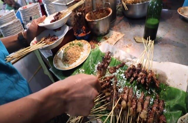 Pengen makan sate pas lagi di Aceh? Ternyata disana punya sate unik namanya sate Matang
