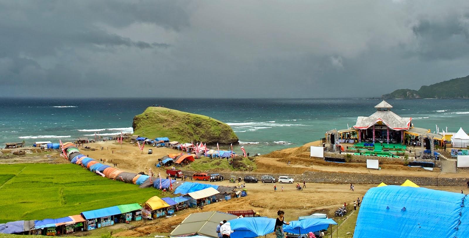 Bau nyale di Pantai Seger Kuta Lombok