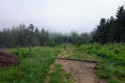 Nisko osadzona mgła pod Czołem Turbacza. Jakże inaczej wyglądało to miejsce przed południem