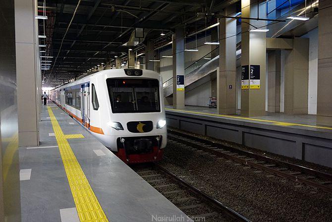 Kereta Api yang mengantarkan penumpang ke Bandara Soetta