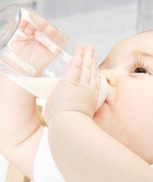 Tập cho bé uống sữa tươi