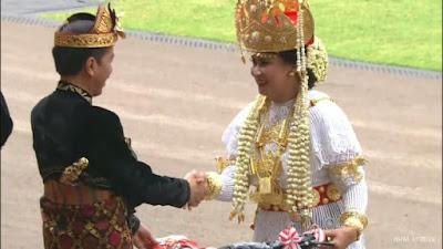 Kenakan Pakaian Adat Lampung, Istri Ryamizard Dapat Sepeda Dari Jokowi