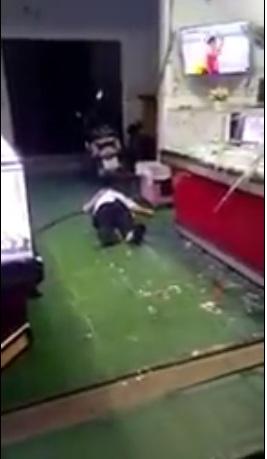 Nghe nói ở tiệm vàng Kim Hùng, Bình Định vừa xảy ra lúc đội bóng VN đá với Singapore..tội 2 ông bà cụ..