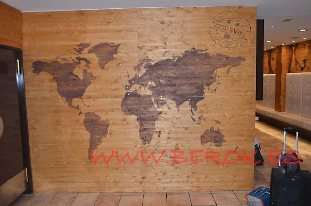 Pintura mural mapa del mundo sobre madera