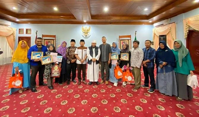 Blogger Bengkulu Berikan Award Kepada Walikota Bengkulu , Helmi Hasan