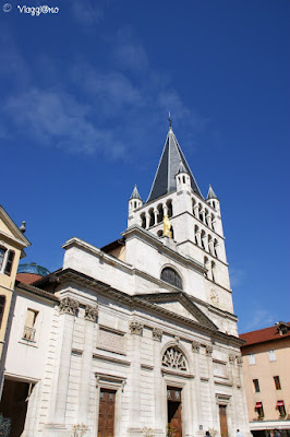 La facciata e il campanile dell'Eglise de Notre Dame de Liesse