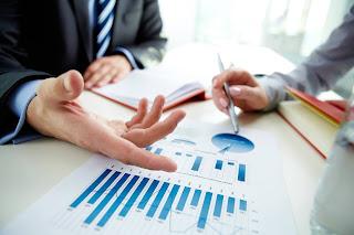 Ratios financieros, hombres analizando gráficos