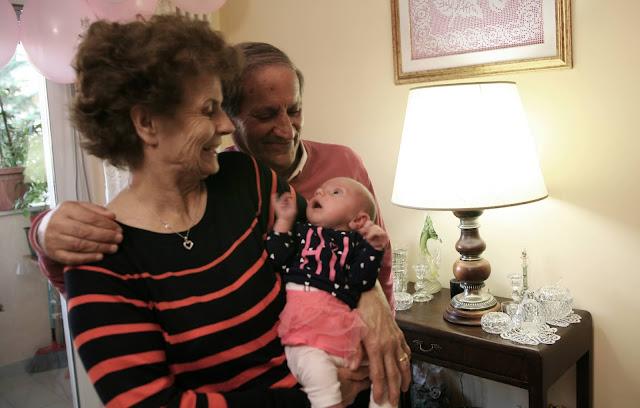 Vīra vecāki ar mazo Elīzu. 2020. gada nogalē Marija Pija un Renato atzīmēja 55 kāzu gadadienu.