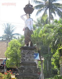 patung wanita yang membawa buah salak