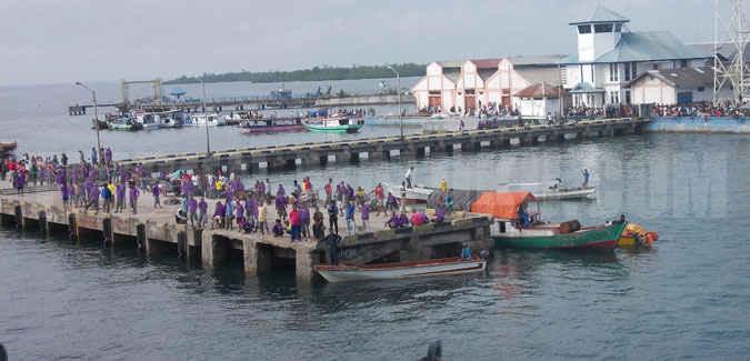 Pelabuhan laut di Dobo, ibu kota Kabupaten Kepulauan Aru, provinsi Maluku perlu dilengkapi alat bongkar muat (crane), untuk mempercepat pekerjaan naik-turun barang muatan kapal.