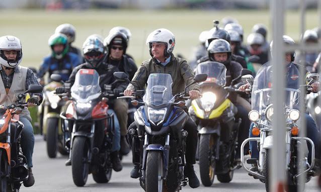 Bolsonaro faz passeio de moto em homenagem ao Dia das Mães