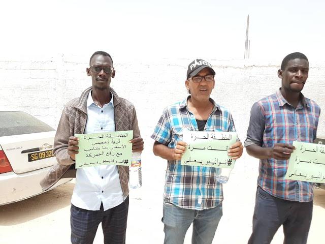 شباب نواذيبو يحتجون على ارتفاع الأسعار و انتشار القمامة في مدينتهم- صور