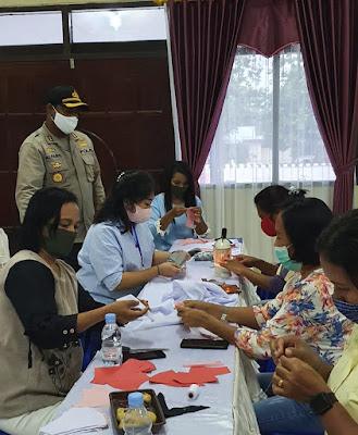 Ketua Bhayangkari cabang Malra Ny. Linda Alfaris, SS  bersama anggotanya saat membuat masker